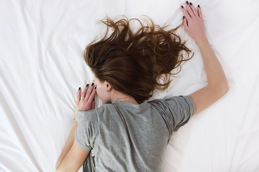 kvinde får sin nattesøvn amazingmind